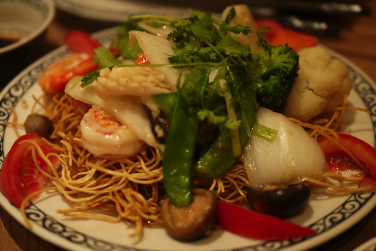 揚げ麺とシーフード
