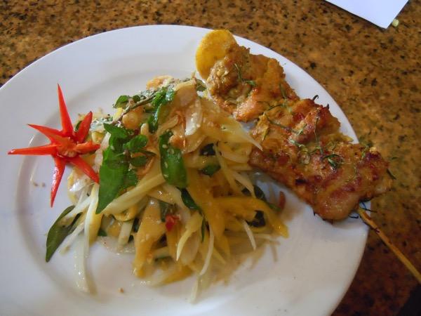 パパイヤサラダと鶏肉串焼き