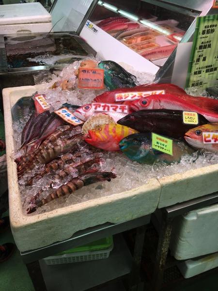 牧志市場の魚