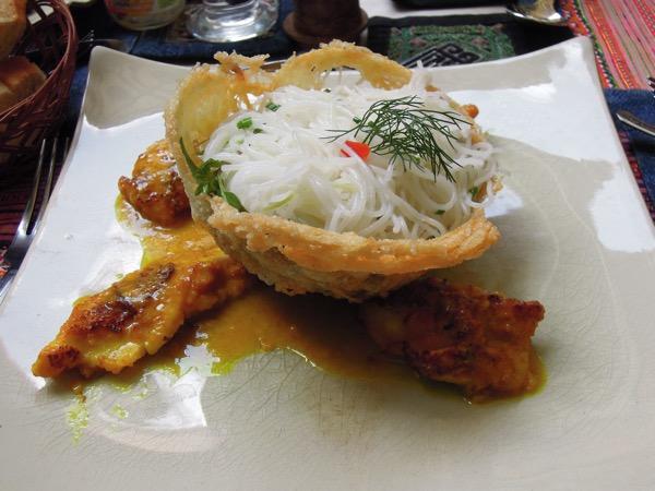 魚と米麺サフランソース